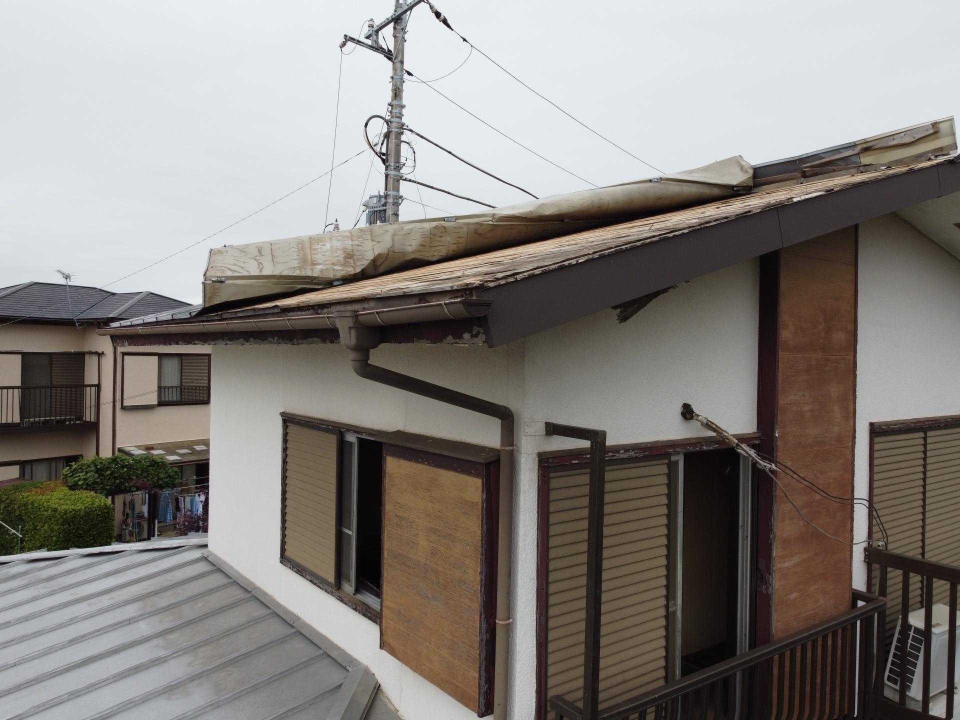 屋根がめくれ上がった写真