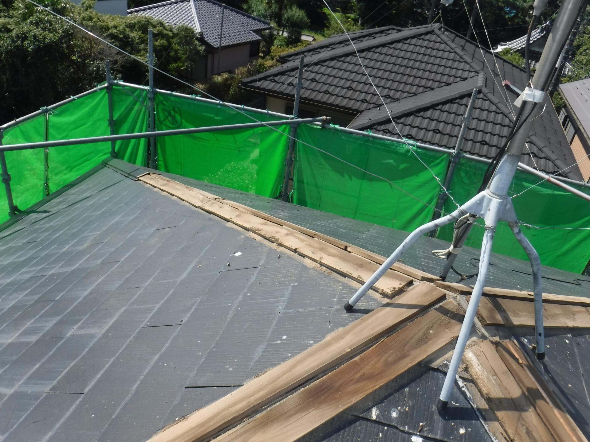 屋根の棟板金、下地板を撤去します