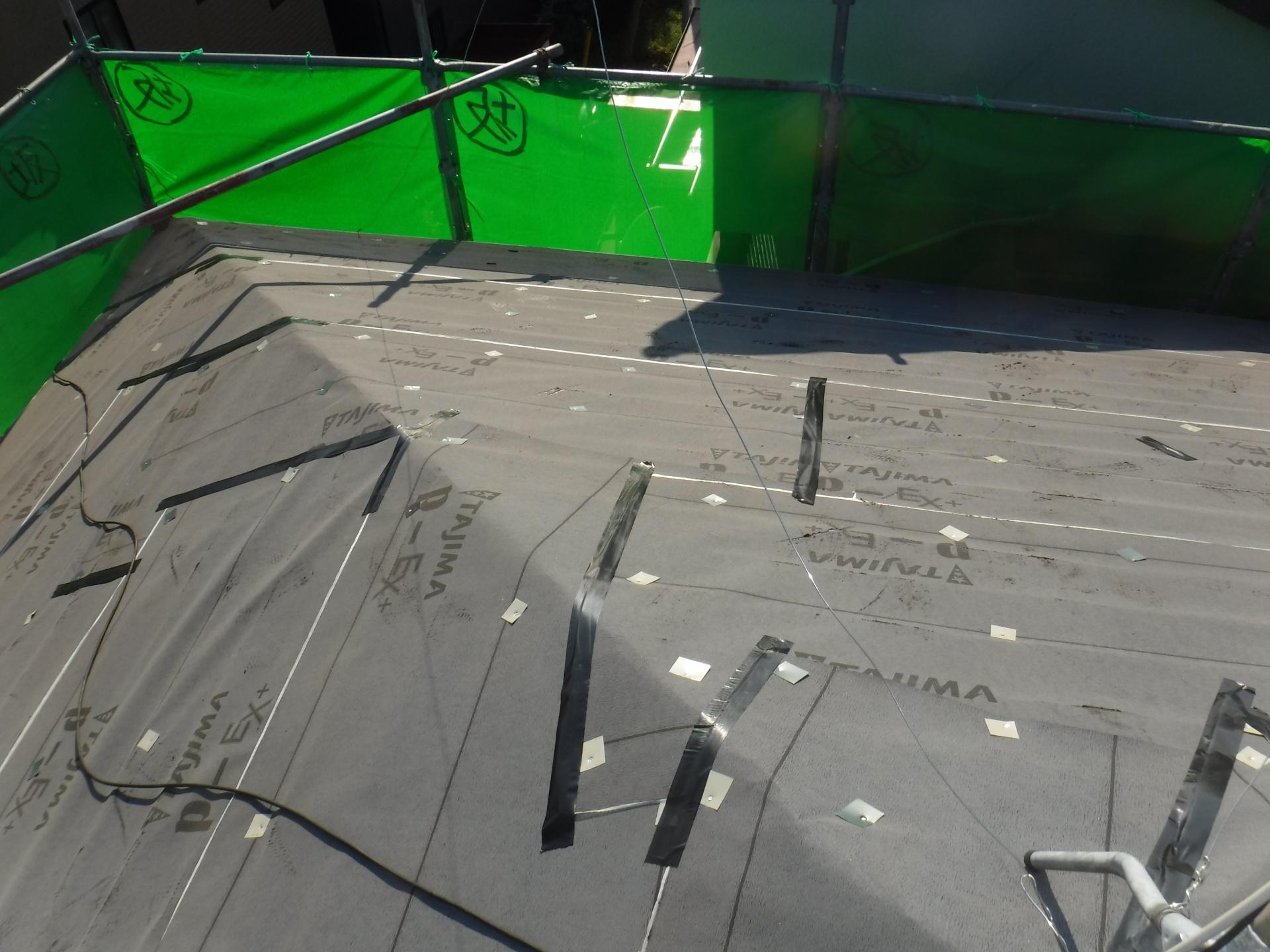 金属の屋根材の下地に入る前、ゴム系ルーフィングを張ります