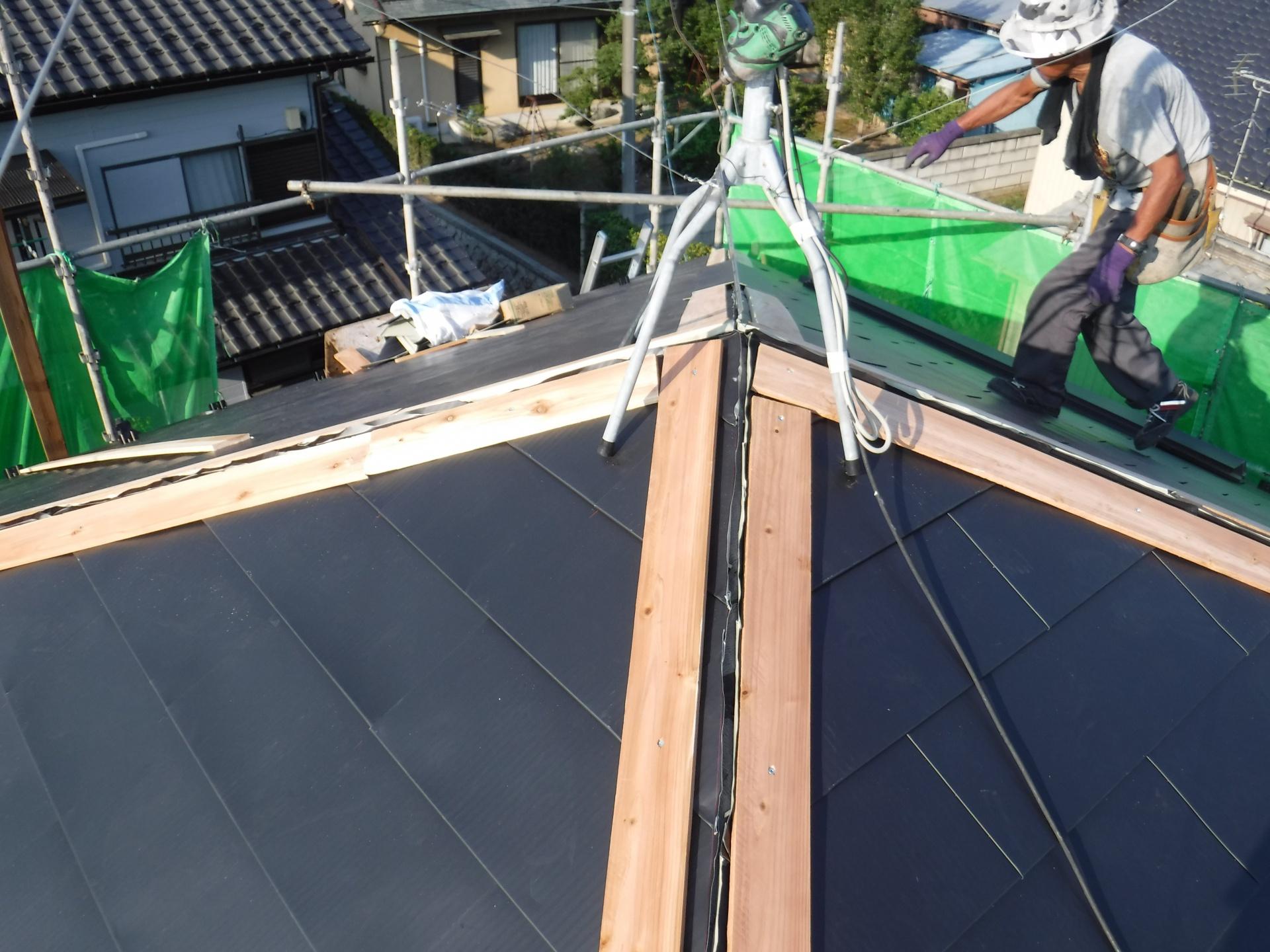 下地ができたので、金属屋根を施工、新しい棟も取り付けます