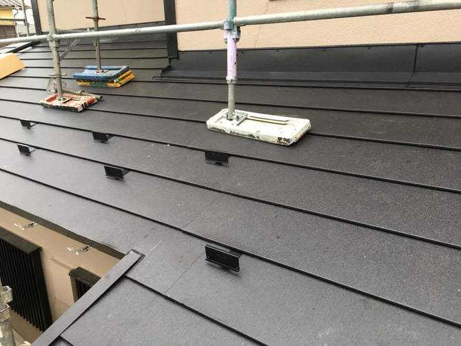 下屋根のガルバリウム鋼板